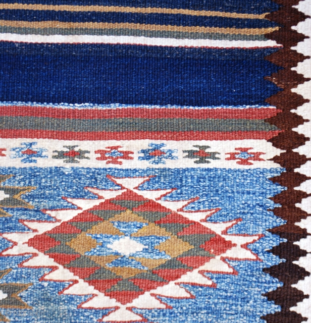 Long Saveh kilim, first half 20th c. 97 x 343 cm. Cotton white and light blue. Very light stain in one place, otherwise in excellent condition with no repaies.