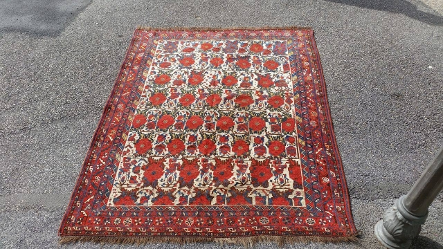 Khamseh gul farang from qashqai confederation. cm 180x141. wool on wool. Both end missing.