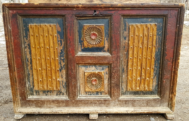I learned that this product is a parson chest. family member says; The family who settled here after the change in the war found this chest at home. Then the tourist who came to  ...