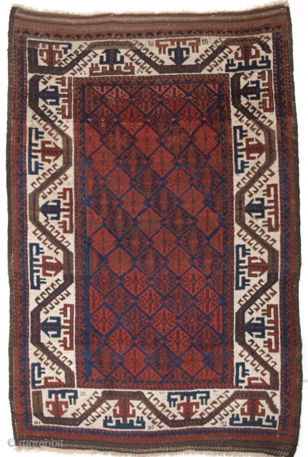 ANTIQUE BALUCH RUG OF SMALL SIZE, WITH IVORY BOAT BORDER AND LATTICE DESIGN, CIRCA 1880.