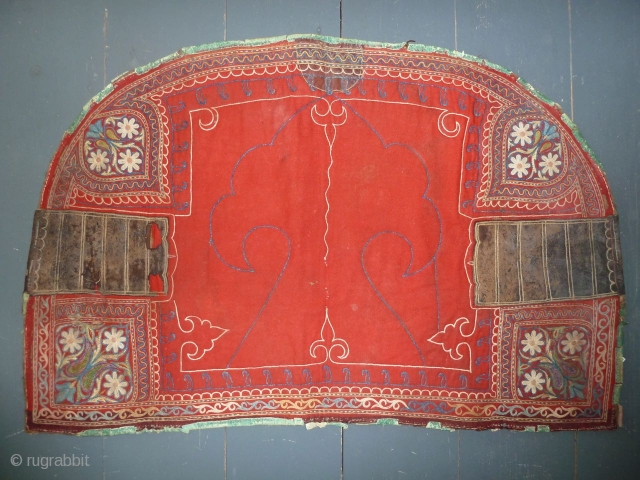 Rare central asian horse cover, felt, broad cloth, embroidery and leather parts. 105 x 68 cm; 41 x 27 inch, good condition