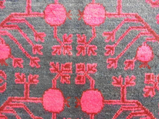 347 x 173 cm Antique oasi of XINJIANG, design pomegranades. In perfect condition, shiny wool. Carpet knotted in the East-Turkestan, Yarkand oasi. Fastened colorus. More pictures on request, thanks! GREETING from COMO lake.