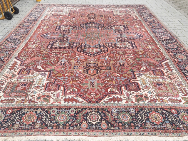 Fine antique Persian Heriz carpet, very decorative. Age: circa 1920. Size: ca. 430x350cm / 14'2''ft x 11'5''ft