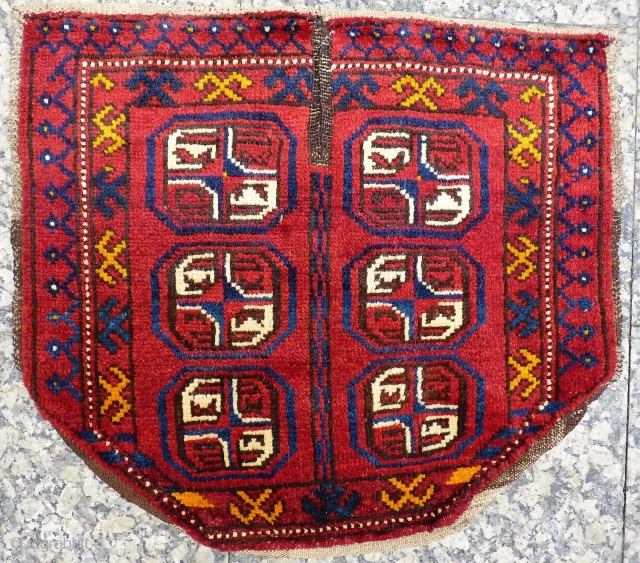 This smallish saddle cover from Chob Bash in Afghanistan, has been woven with soft and shinny wool, and glowing natural dyes. (AT1802088), 60x53 cms.