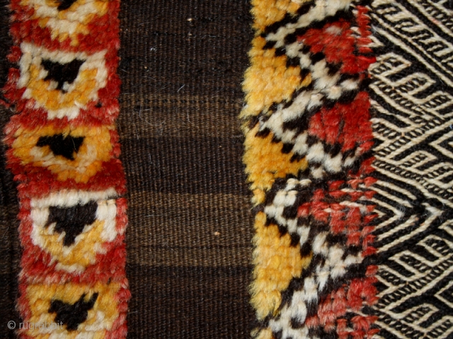 Small square carpet cod. 0652. Wool. Ait Ousgouite people. High Atlas. Morocco. I° half 20th. century. Good condition. Cm. 95 x 95 (37.5 x 37.5 inches).