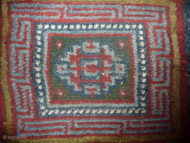 with its 100cm wide, this is a quite large warp-faced-back meditation mat. the design is not like other pieces with medalion design if one look carrefuly. the gul is slightly flatened and  ...