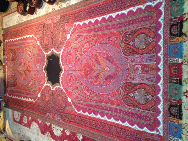 Unique indian Shawl, in Mint condition, fresh colors rare design.....