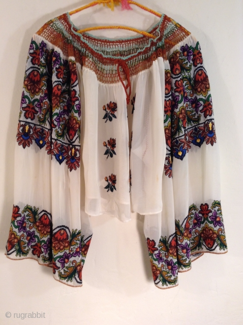 This is a very beautiful and rare Roumanian blouse made between the two Worild Wars in one specific village in Roumania.