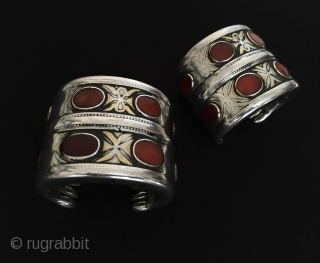 Central-Asia A pair Turkmenistan-Tekke Antique Tribal Silver İskendery-desing bracelet with cornalian fire gilded Original ethnic traditional jewelry Circa-1900 Size : 5.5cm x 6.5cm - Thickness : 0.8cm - Weight : 332 gr  ...