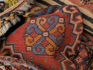 qashqai bag in good condition, with natural colors and closing system intact. The color change in the yellow of the endless knot is due to abrash (see picture).  56 x 49 cm.   ...
