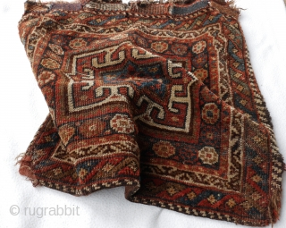 Khamseh bag with warm natural colors and strong graphics. Original kilim back. some low pile and a small restauration at the corner. 59 x 55 cm.