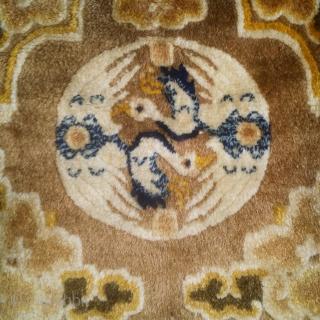 寧夏地毯用起重機,寶座回來,18世紀.  非常柔軟的羊毛! 良好的條件 Chinese Ningxia throne-back with a double crane roundel surrounded by clouds. Great imagery,likely 18th century type with remarkable wool and great condition. Exceptionally soft!