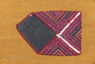 """Small """" Bohça """" from Kohistan, North Pakistan. Very fine embroidery on cotton. Early XX.  Open : 146 X100 mm"""