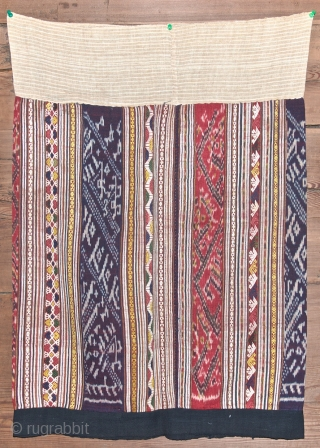 Old silk ikat skirt from Laos. Coton borders. Large 62 cm. Total hight 82 cm. Silk ikat 64 cm large. Clean and good condition.