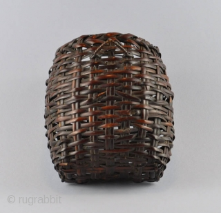Japanese flower wall basket (hanakago) with a suspension loop on the back. Plating of dark bamboo strips. Signed Kōchikusai (?). These hanging baskets are generally hung on the wall or on the  ...