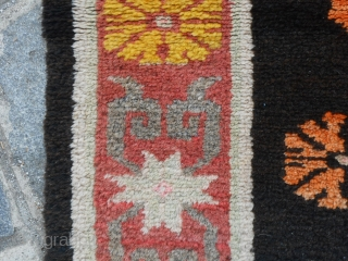 166 x 84 cm. old Chinese carpet, knotted in the province of NINGXIA. Condition very, very good. Has Been Washed. 3 medaillon pattern.