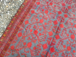 East Turkestan-Xinjiang Oasi of YARKAND Pomegranades vases design for this antique Samarkand. In good condition with very shiny wool. Great color for this beautiful oriental carpet. The size is upon the last photo of the rug. Thanks  ...