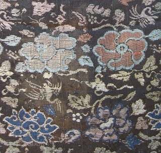 A gold brocaded silk weaving with flowers and cranes. Late Ming, most likely Wanli, ca. 1600. Dim.: WxL 30 x 76 cm (weaving). Mounted on brown cotton on foam board. There's no  ...