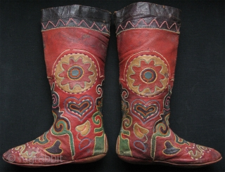"""Central Asian boots. Early 20th. C. Size: 10"""" x 15"""" - 25cm x 38cm."""
