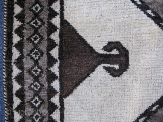 """Qashqai rug with natural colors. Size: 41"""" x 76"""" - 105 cm x 193 cm."""