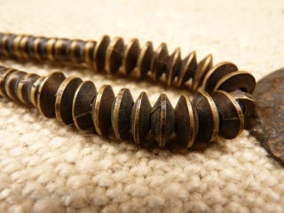 Very expresive old Nagaland brass necklace with three different types of brass beads (see more photos). 110grms, 52cms.
