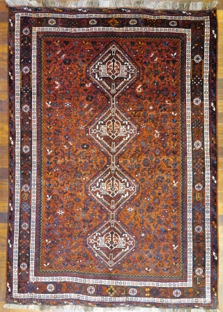 Fantastic rug woven by ethnic Arabs living in the South of Iran. All the dyes are natural, with a very nice turquoise blue. The wool is soft and shinny. The design is  ...