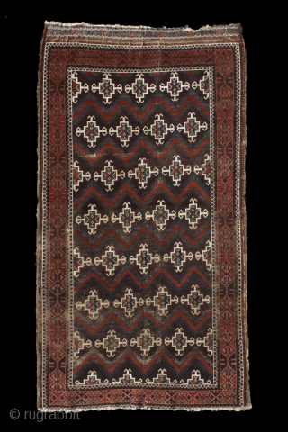 deeeeeep deeeep aubergine, cherry red, peach, turquise and dark green ... what else would you need on a baluch rug? Zabol / Sistan (?) baluch .... stylized human figures (?) waving on  ...