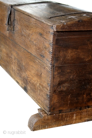 Gothic trunk, probably Dutch, around 1480 - 1550.  Oak. In good condition.  Original.   Ask for details and transport costs.  Easy to send.   Long 150 cm. deep 60 cm. high 74 cm.