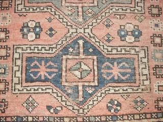 Rustikaler Kleiner antiker Kasack 20 Jh, ca. 113 X 136 cm.   Archaischer Facharlo Medaillons,seltene natur Farben,   Etwas Gebrauchspuren ansonsten vollstandig erhalten.