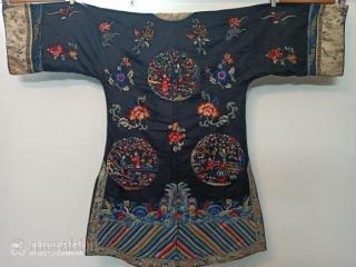 Ancienne robe de femme chinoise du XIXe siècle, broderies étonnamment réalisées avec de magnifiques figures et fleurs Les deux manches ont des figures rares à la fin, l'état et les couleurs sont en  ...