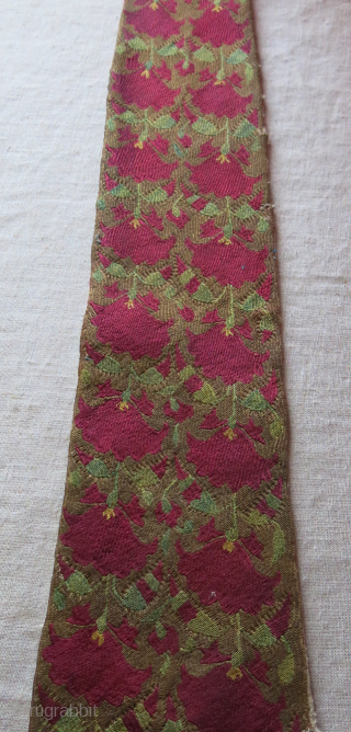"""Central Asia - Tajik silk very fine embroidery hair band fragment. Circa 19th. size : 39"""" Long 5"""" wide at bottom and 3"""" wide at top - 99 cm - 13 cm  ..."""