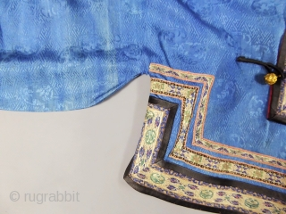 Informal chinese jacket for women - 19c Qing Dynasty. With lion's badges. Excellent condition except dicret water halo on the blue silk and light spots on cream silk handles. Hight 63 cm,  ...