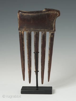"Charming carved wood comb from the Baule tribe, Côte d'Ivoire, depicting an animal. 5"" (12.6 cm) high"
