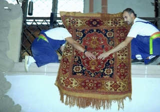 un-mounting rugs in the Black Church, Brasov
