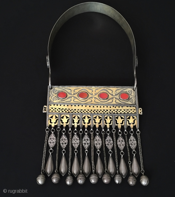 Central-Asian Antique Turkmen - Tekke traditional silver necklace very fine handcrafted fire gilded and with cornalian.Original ethnic tribal jewelry.Circa - 1900 Size - Height with hanger : 37 cm - Height :  ...