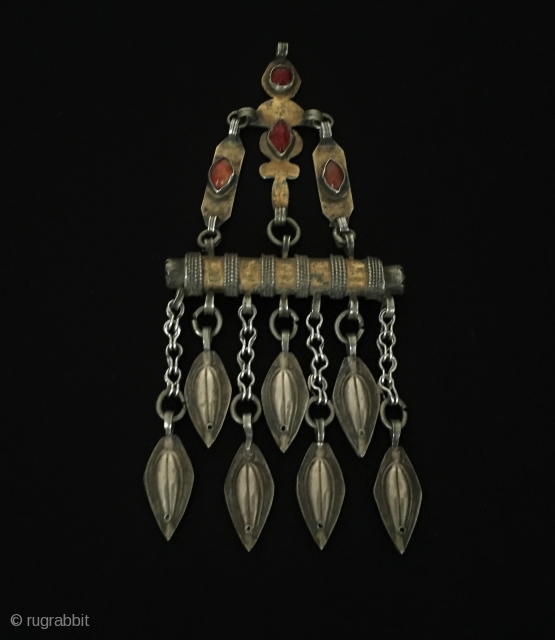 Central-Asia A beautifull ethnic traditional tekke-turkmen vintage silver tassel pendant and gilded with cornalian Circa-1900 Size - Height : 14.5 cm - Width : 6.3 - Weight : 44 gr Thank you  ...