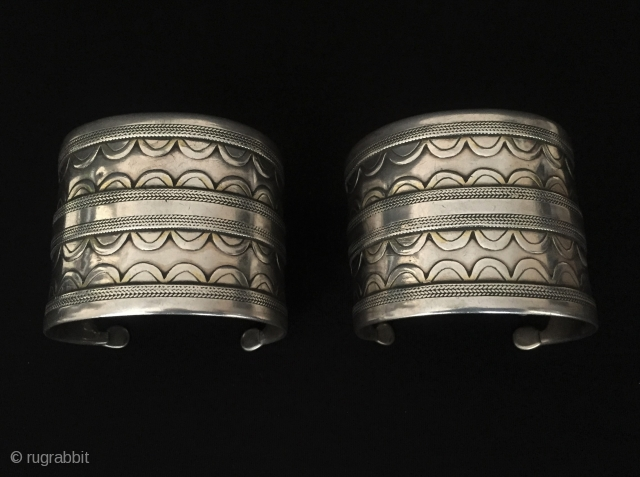 Central-Asia Ethnic Turkmen pair of traditional silver cuff bracelets with gilded 2 (goshma) original tribal jewelry Great condition ! Circa - 1900 - 20 Size : ''5.5 cm x 6.5 cm'' -  ...