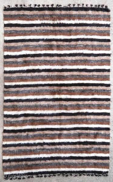Very silky Sirt rug woven in angora wool. These rugs were woven by arabized Kurdish tribes from the Syrian border.  Origin : Kurdistan/Syria Period : middle of the 20th century Size : 196 x 125  ...