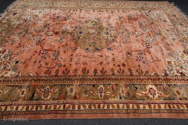 Antique Oushak rug from Smyrna (Turkish city now named Izmir) from the beginning of the 20th century.  Origin : Turkey Period : early 20th century Size : 370 x 280 cm Material : wool on wool Exceptional  ...