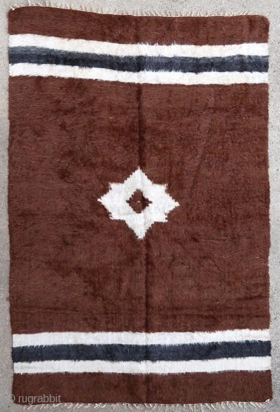 Very silky Sirt rug woven in angora wool. These rugs were woven by arabized Kurdish tribes from the Syrian border.  Origin : Kurdistan/Syria Period : middle of the 20th century Size : 180 x 124  ...