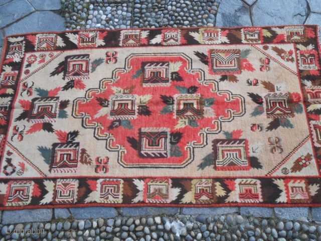 262 x 144 cm. is the size of this carpet. Quality East-Turkestan Kasghar gol farang in perfect conditions. Wool on cotton. Other photos on request.