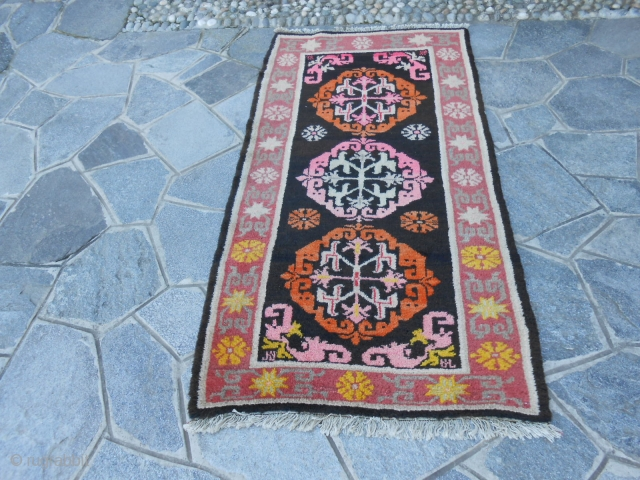166 x 84 cm. old Chinese carpet, knotted in the province of NINGXIA.