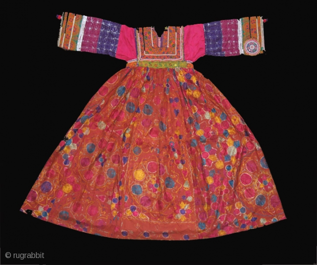"Woman 's dress cod. 0189. Silk embroidery on silk, cotton and glass beads. Kuchi - Pastun people. Afghanistan. Mid. 20th. century. Very good condition. Cm. 120 x 122 (3'11"" x 4')."