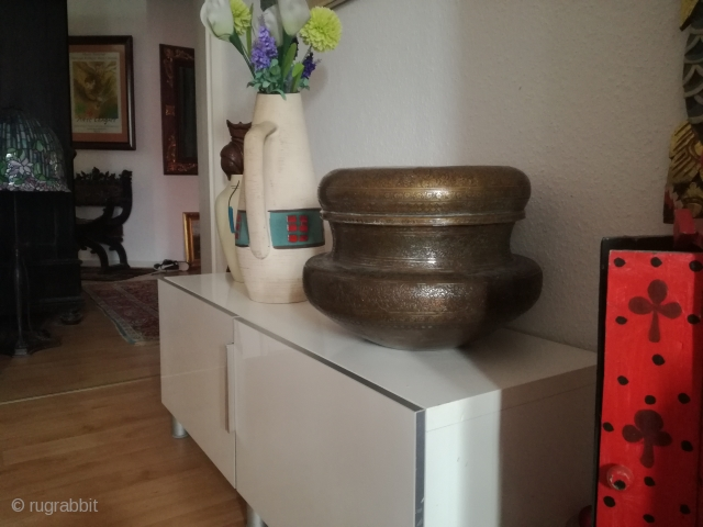 An antique copper bowl with 30 cm h and 40 cm w in used condition. Fantastic style.