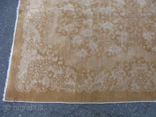 Antique Art Deco Chinese rug, hand knotted wool on a cotton foundation, China, ca.1930, light golden tans, beige, champagne, Walter Nichols called this stylized floral design part of his Neo-Clasical collection, worn  ...