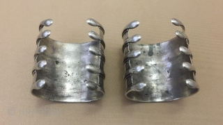 Central-Asia A pair Turkmen-Ersary ethnic silver pair bracelets. Very fine condition Circa-1900 Size : ''6.5cm x 6cm'' İnner circumference : 13.5cm - Weight : 165 gr Thank you for visiting my rugrabbit  ...