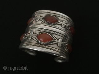 Central-Asia Antique Turkmen-Ersary ethnic tribal silver cuff bracelet (Arm-band) with old cornalian (Yemen-agate) Good condition ! Circa - 1850-90 Size : ''6.3 cm x 5.5 cm'' - Weight : 335 gr Thank  ...