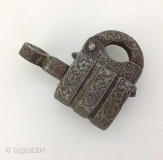 Central-Asia Antique from Afghanistan old Lock very fine condition ! Circa 1900 or earlier Size - Lenght with key : 11 cm - Height : 8.5 cm - Thickness : 4 cm  ...