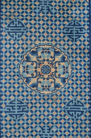 """Old Chinese rug - minor area of slight wear - 1.40m x 0.81m (4' 7"""" x 2' 8"""")."""