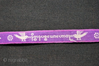 Sazigyo. Woven words from Burma/Myanmar. This is a violet one, cm 446x1,5, with inscriptions and circa 24 figurines, very thin, top quality, in mint condition, . Ref.: SAZ6VIOLET------ 